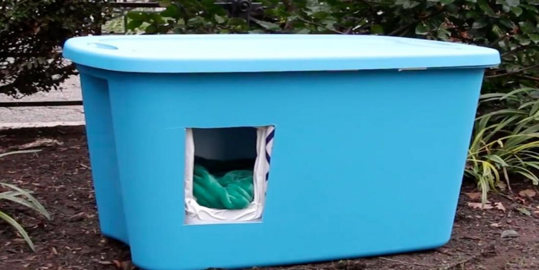 Récupérez un bac en plastique pour fabriquer un abri pour protéger les chats errants des températures froides