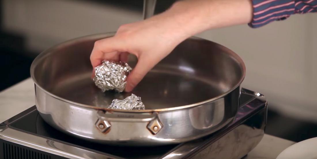 Vous n'avez pas de marguerite pour cuire vos aliments à la vapeur? Utilisez des boules de papier d'aluminium