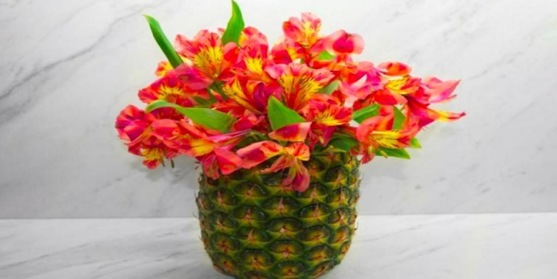 Apprenez à faire cet arrangement floral à partir d'un ananas en seulement quelques étapes