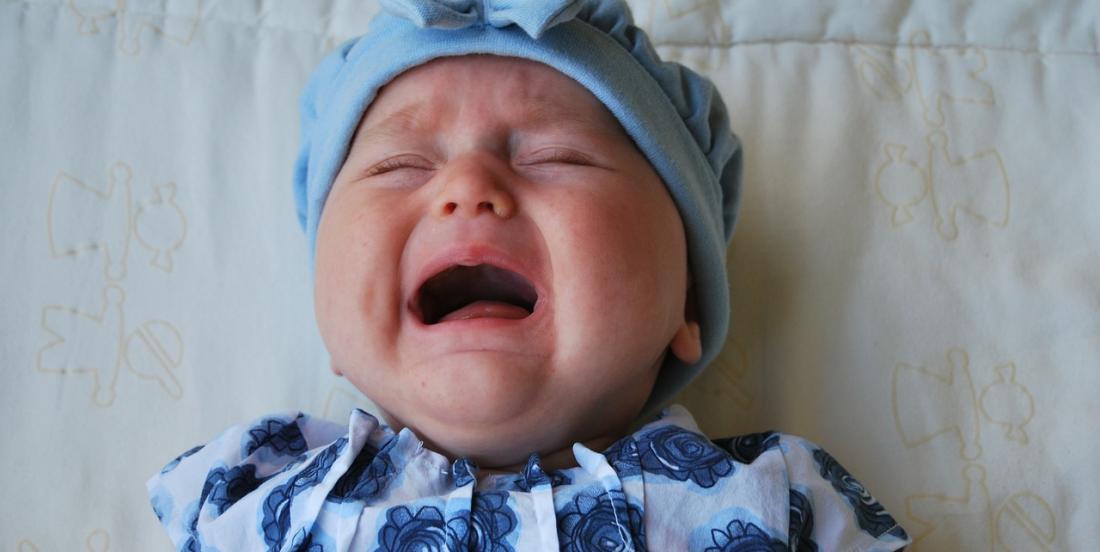 Que faire quand bébé sanglote: le laisser pleurer ou le consoler?