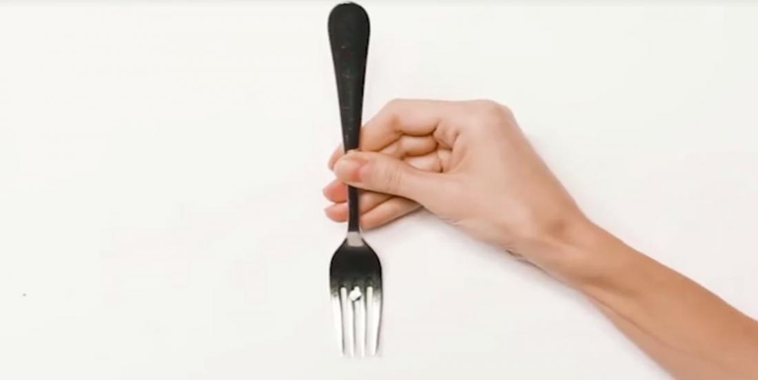 Saviez-vous qu'une fourchette pouvait vous aider à poser un cadre?