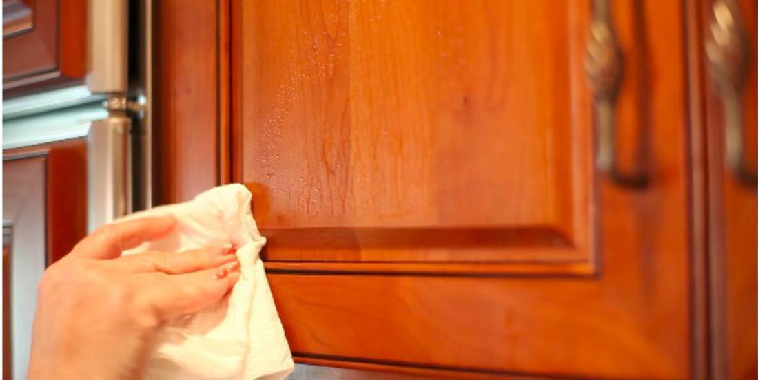 Un truc pour nettoyer le film graisseux qui recouvre vos portes d'armoires et vos électroménagers