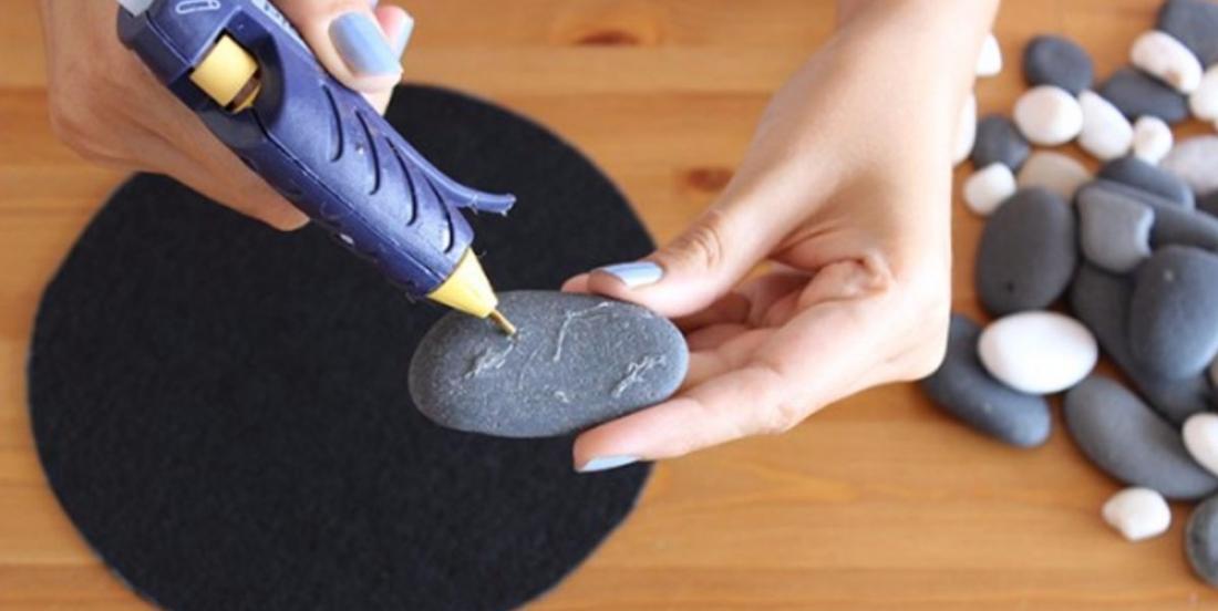 À l'aide de son pistolet à colle chaude et de pierres plates, elle crée une superbe décoration en 5 minutes