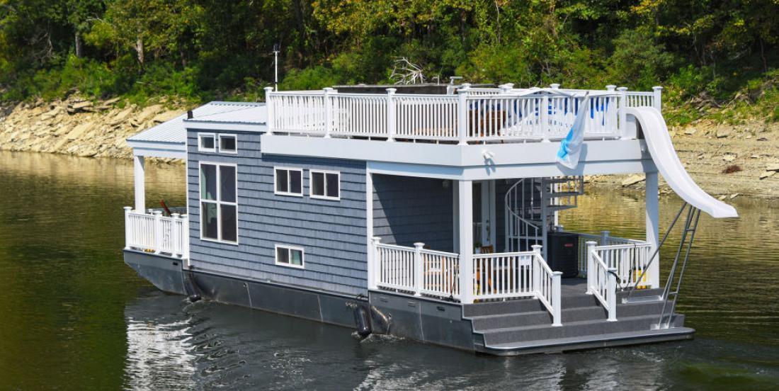Cette mini-maison sur l'eau est parfaite pour les promenades en bateau!