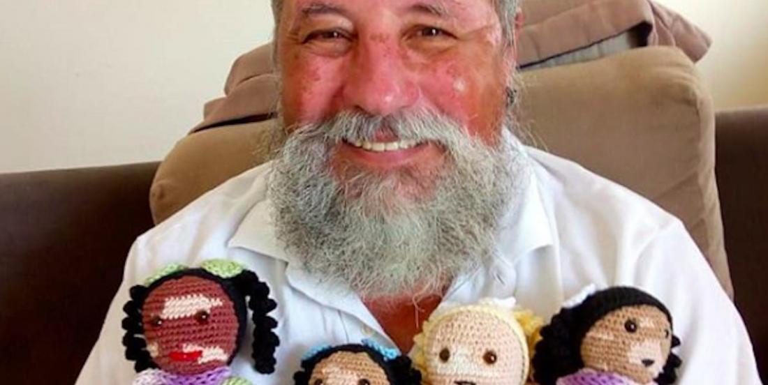 Un grand-père atteint de vitiligo crée des poupées pour restaurer l'estime de soi des enfants qui en souffrent aussi.