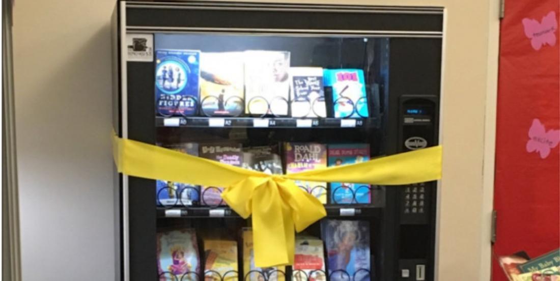 Une école installe un distributeur de livres et les enfants y deviennent tout de suite accros!