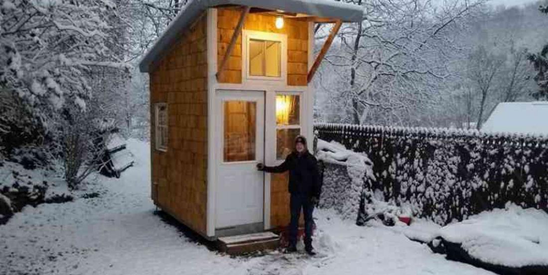 À 12 ans, ce jeune garçon construit la plus petite maison jamais vue, dans son jardin!