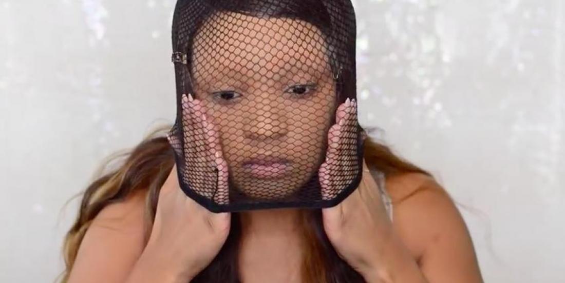 À l'aide d'un bas filet qu'elle enfile sur sa tête, elle crée un maquillage flamboyant qui vous donnera fière allure le jour d'Halloween
