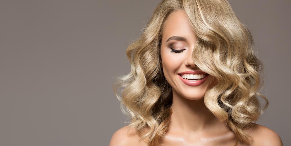 Obtenez de jolies boucles dans vos cheveux sans rouleaux ni fer à friser