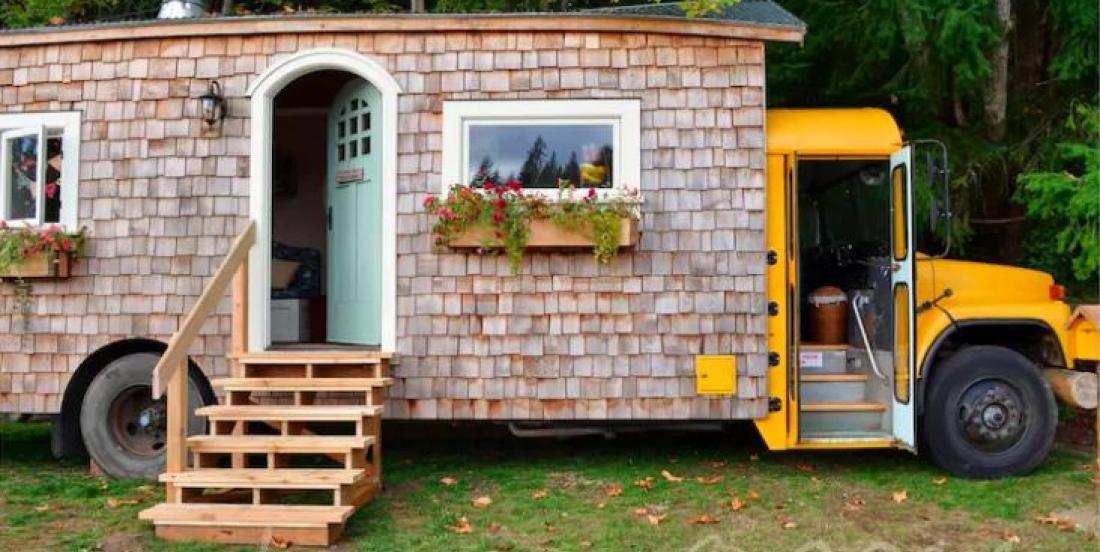Un couple transforme un vieil autobus scolaire en une époustouflante mini-maison
