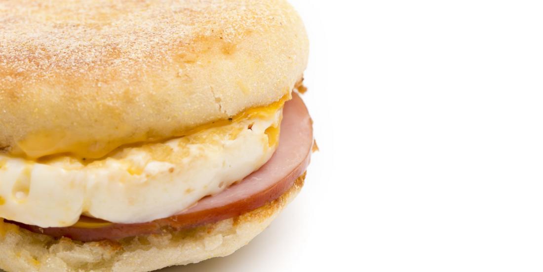 Un client de Mc Donald's croque dans un morceau de verre présent dans son sandwich Mc Muffin