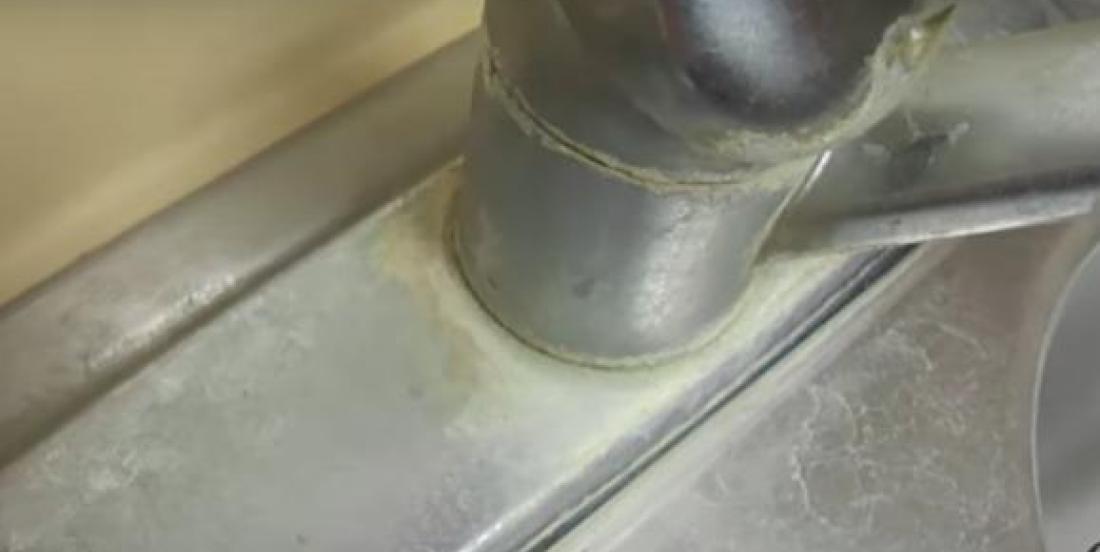 Une astuce géniale pour enlever facilement les taches sur vos robinets