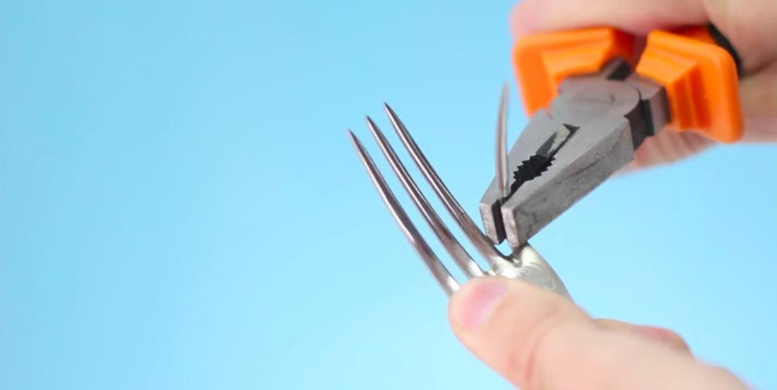 Avec une paire de pince, crochissez les dents d'une fourchette afin de réaliser l'une de ces 6 brillantes idées!