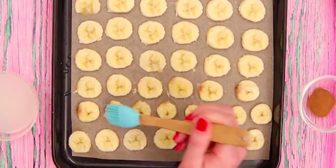 Assaisonnez des tranches de bananes pour en faire de délicieuses croustilles santé