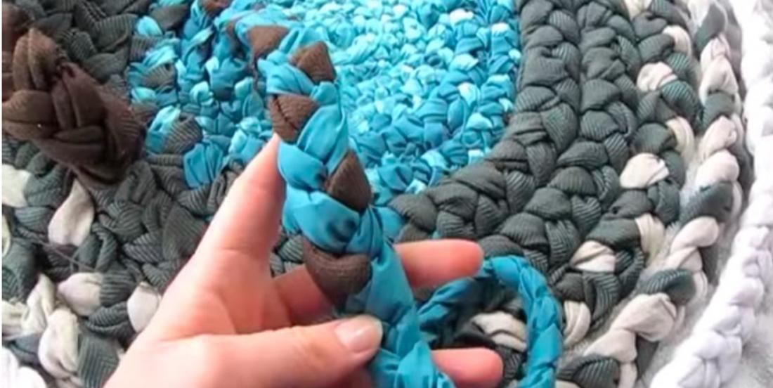 Sa technique pour fabriquer des tapis avec des retailles de tissus est très économique