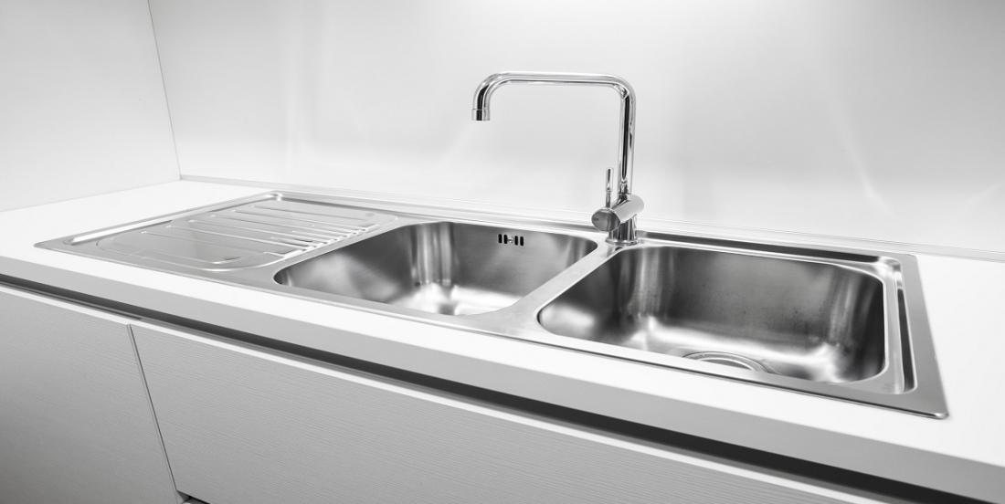 Pour un évier brillant de propreté, vous devez procéder à ce nettoyage en profondeur