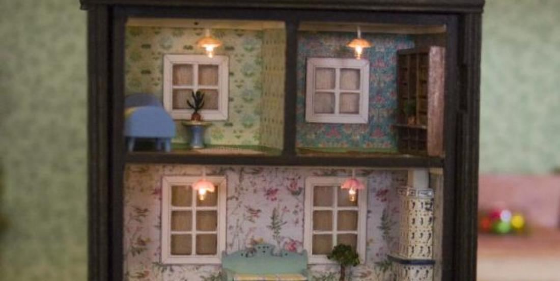 6 idées pour transformer une vieille étagère en jolie maison de poupées!