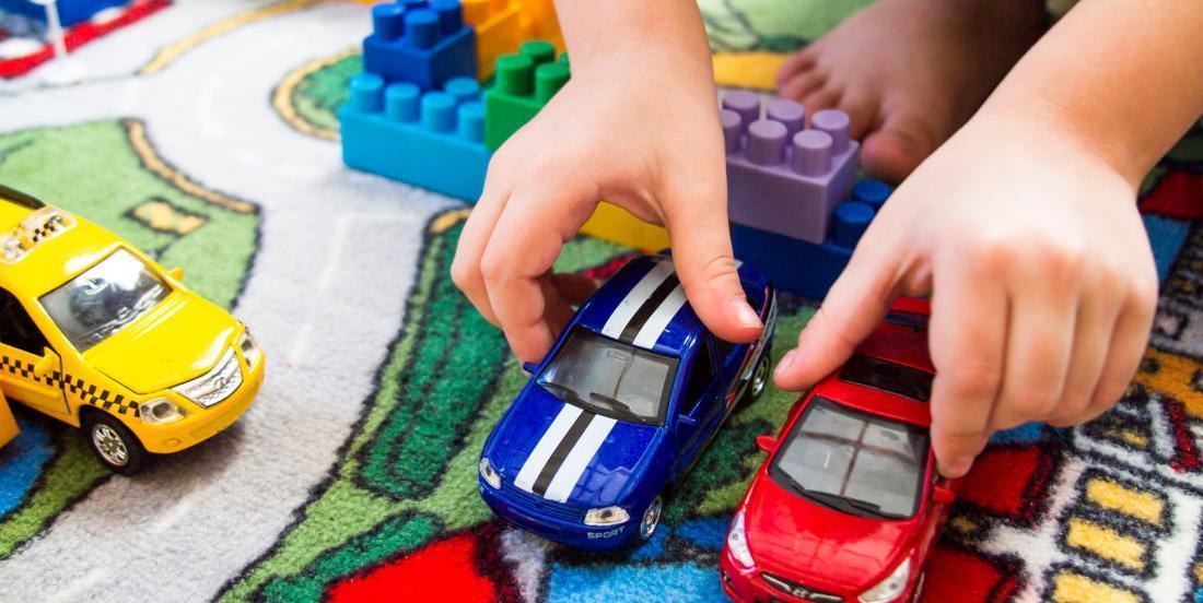 Elle n'en pouvait plus de trouver des petites autos partout, elle a créé le rangement parfait pour les classer.