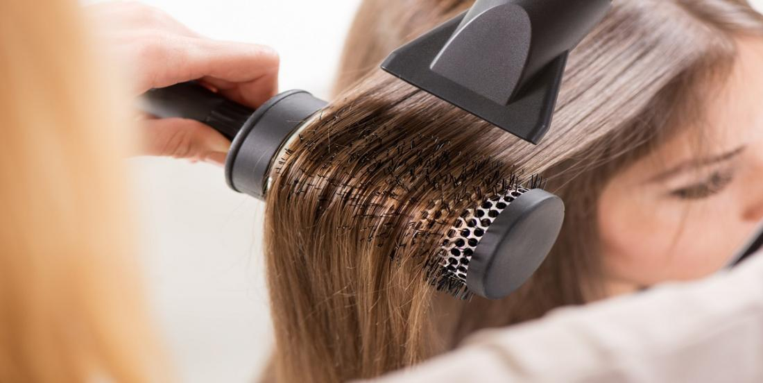 7 conseils pour sécher plus rapidement vos cheveux tout en les protégeant