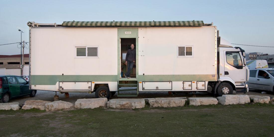 À sa retraite, il transforme son camion et il réalise son rêve de voyager à travers le monde