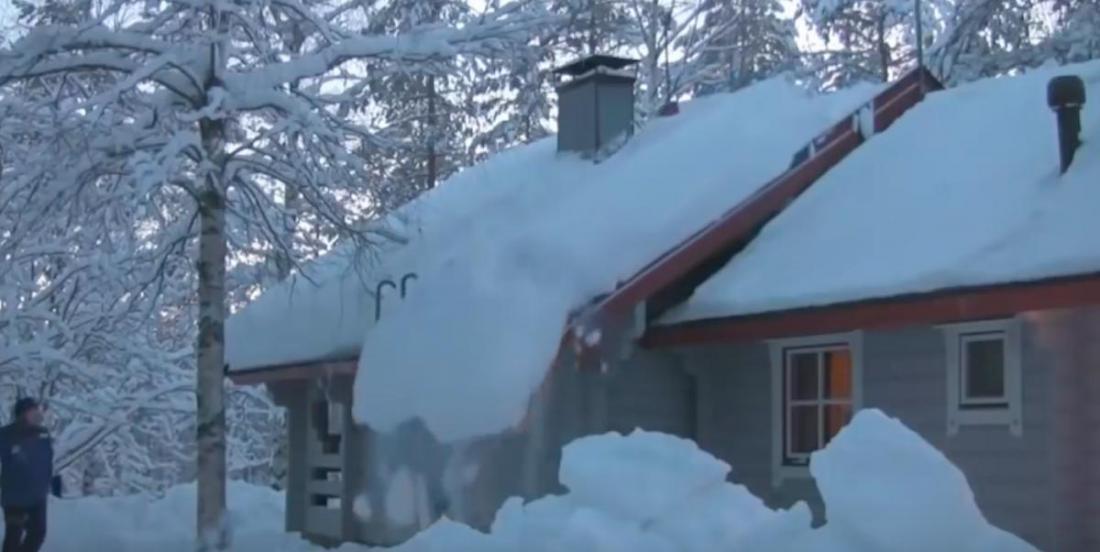 Cet homme a trouvé un moyen facile  et sécuritaire d'enlever la neige d'une toiture