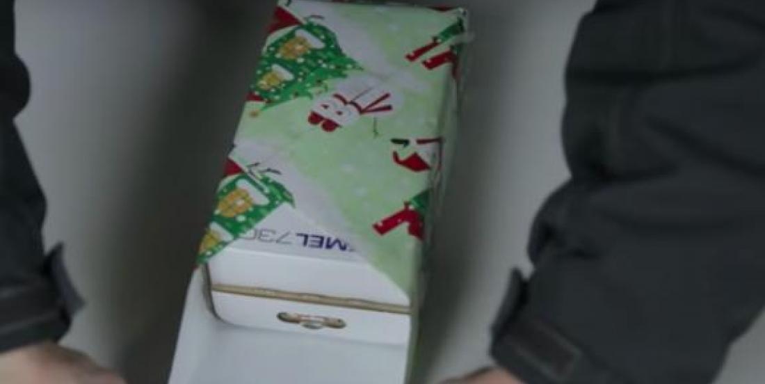 Emballez un cadeau en seulement quelques secondes avec cette astuce!
