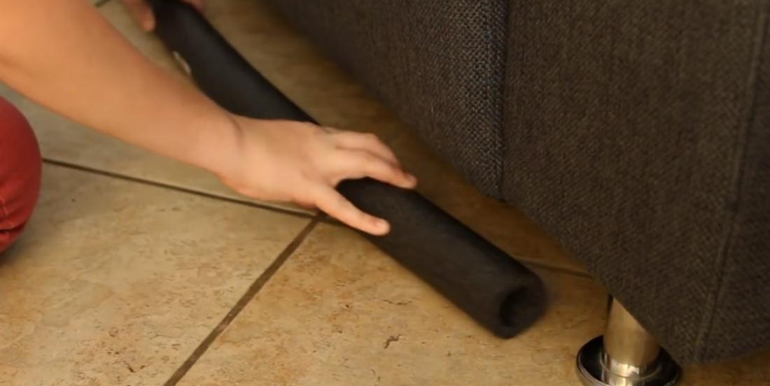 Elle installe un tuyau de mousse en-dessous de son divan et elle règle un problème qui la fatiguait depuis longtemps
