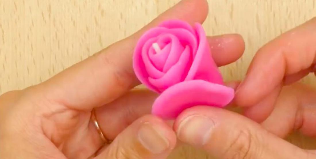 On craque pour ces roses faites de vieilles bougies fondues! Apprenez à les faire facilement!