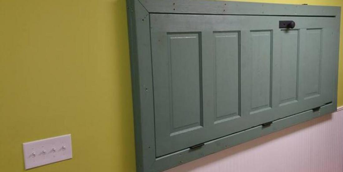 Fixez une porte au mur afin de créer un espace indispensable dans votre salle de lavage