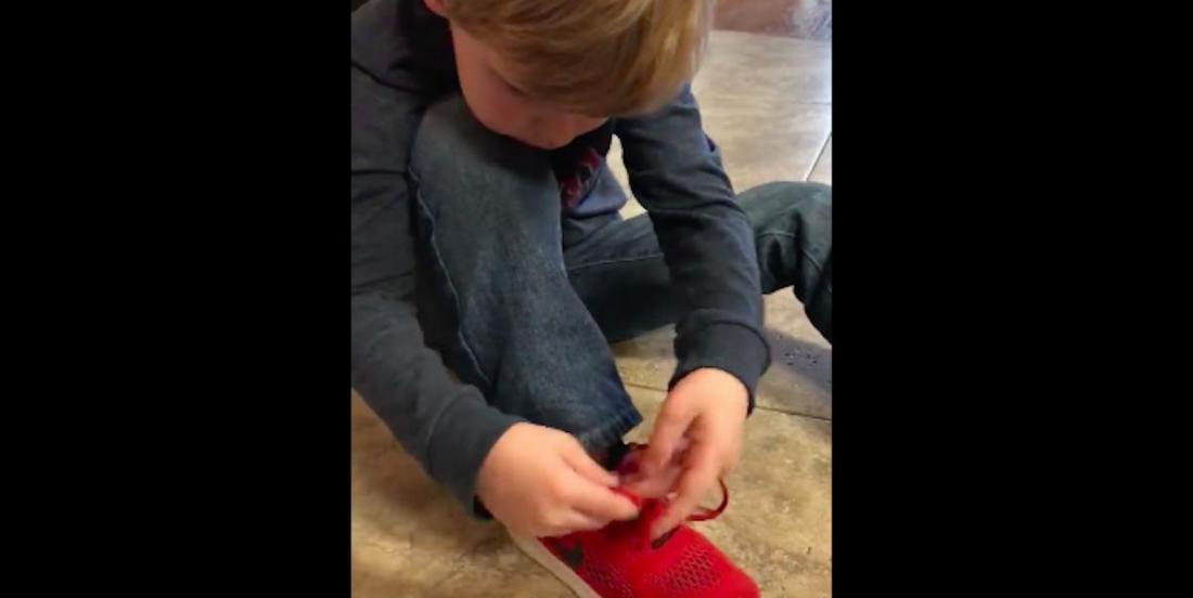Ce petit garçon nous montre un super truc pour lacer des chaussures plus facilement