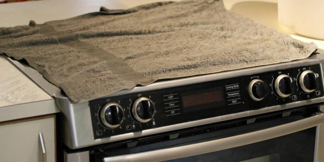 7 astuces très efficaces pour nettoyer le dessus d'une cuisinière encrassée