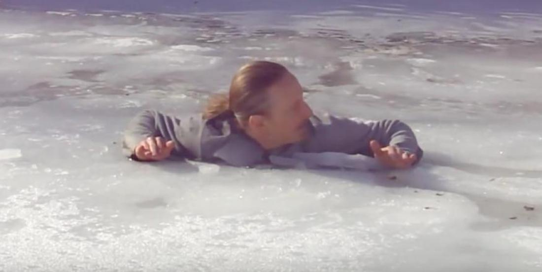 Cet homme nous démontre comment nous pouvons nous sortir seul de l'eau glacée d'un cours d'eau gelé