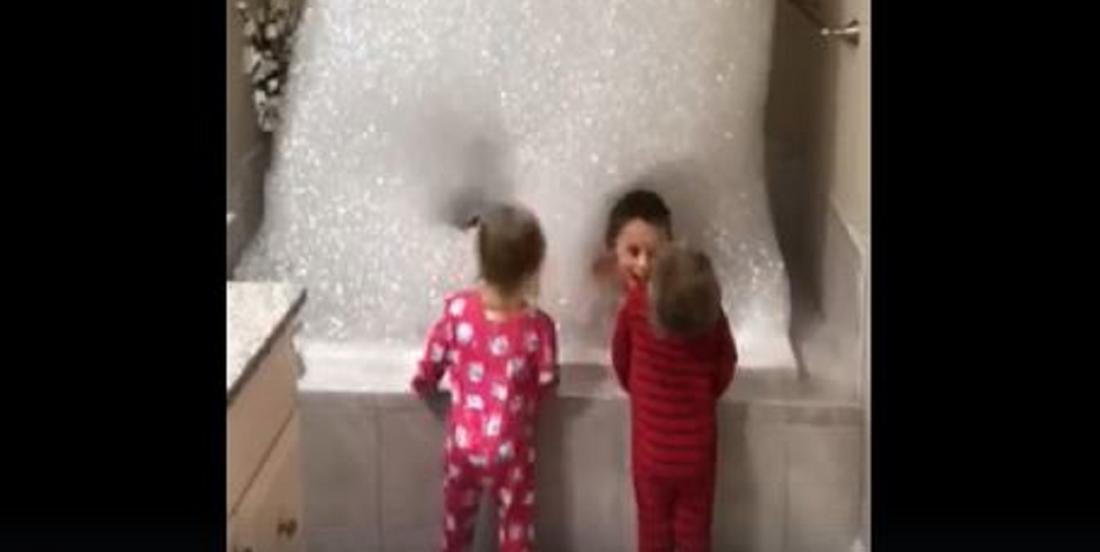 Ce papa transforme l'heure du bain en un moment génial grâce à un truc simple