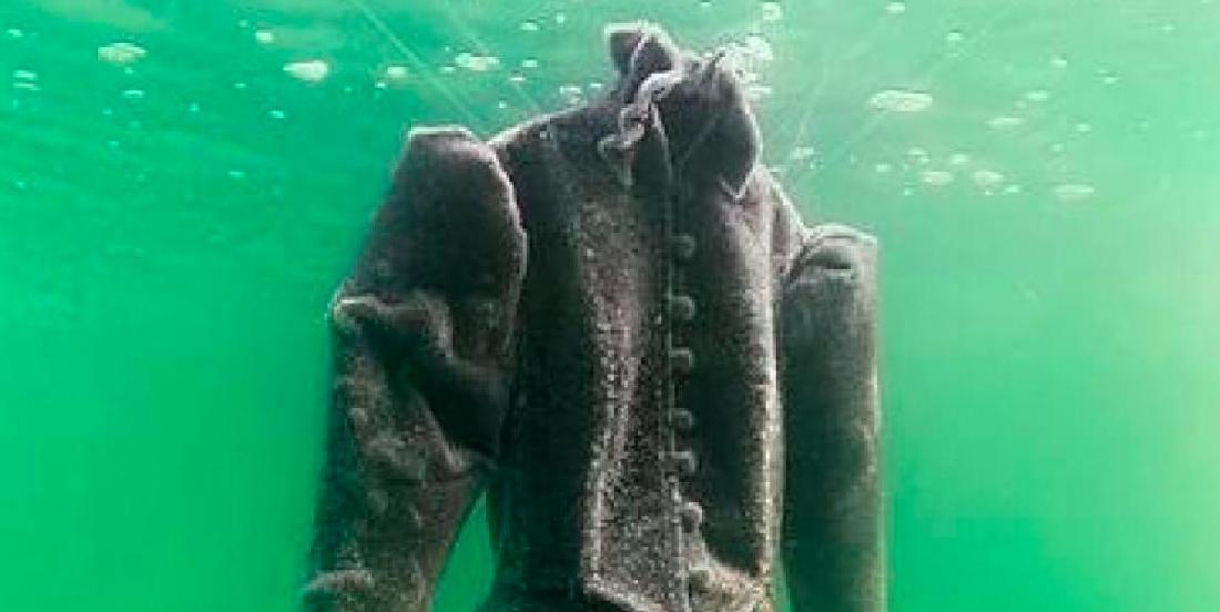 Une robe de mariée laissée deux ans dans la mer Morte est transformée en époustouflante oeuvre d'art