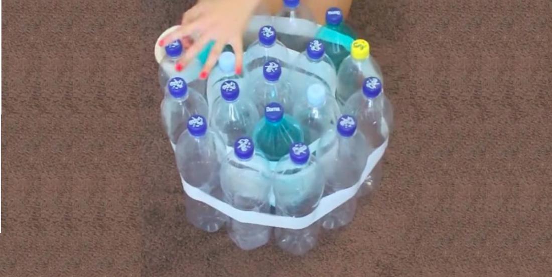 En récupérant des bouteilles en plastique et en les plaçant de cette manière,  vous pourrez créer un meuble incroyablement résistant!