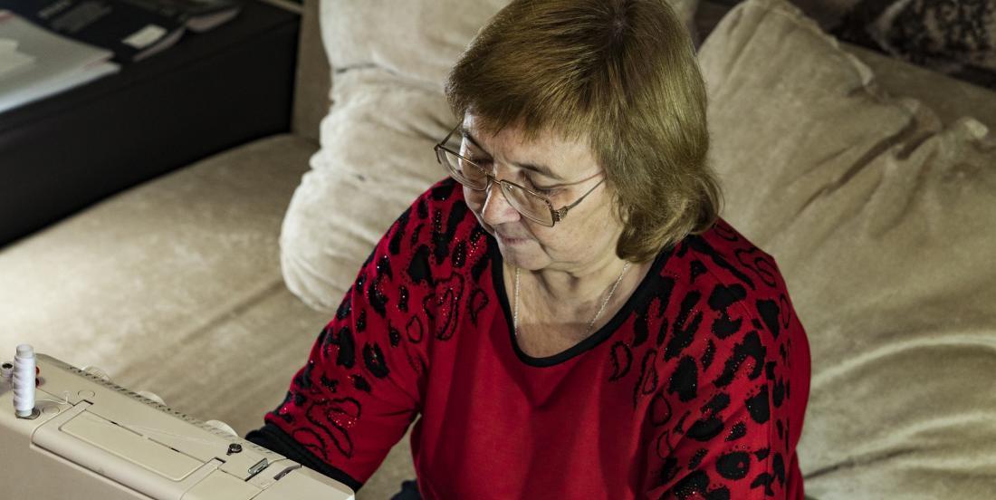 Une grand-mère coud la robe de ses rêves dessinées par sa petite-fille