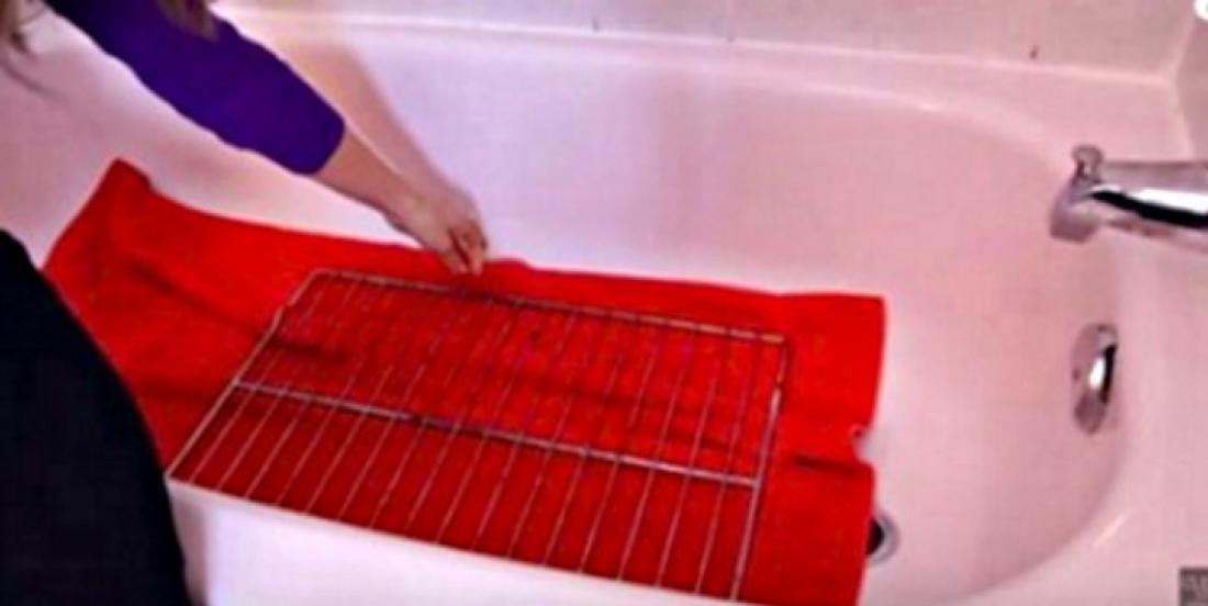 Un truc génial pour nettoyer facilement vos grilles de four!