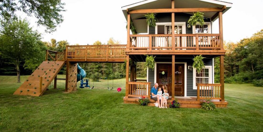 Ce papa construit une maison de jeu à deux niveaux pour ses filles
