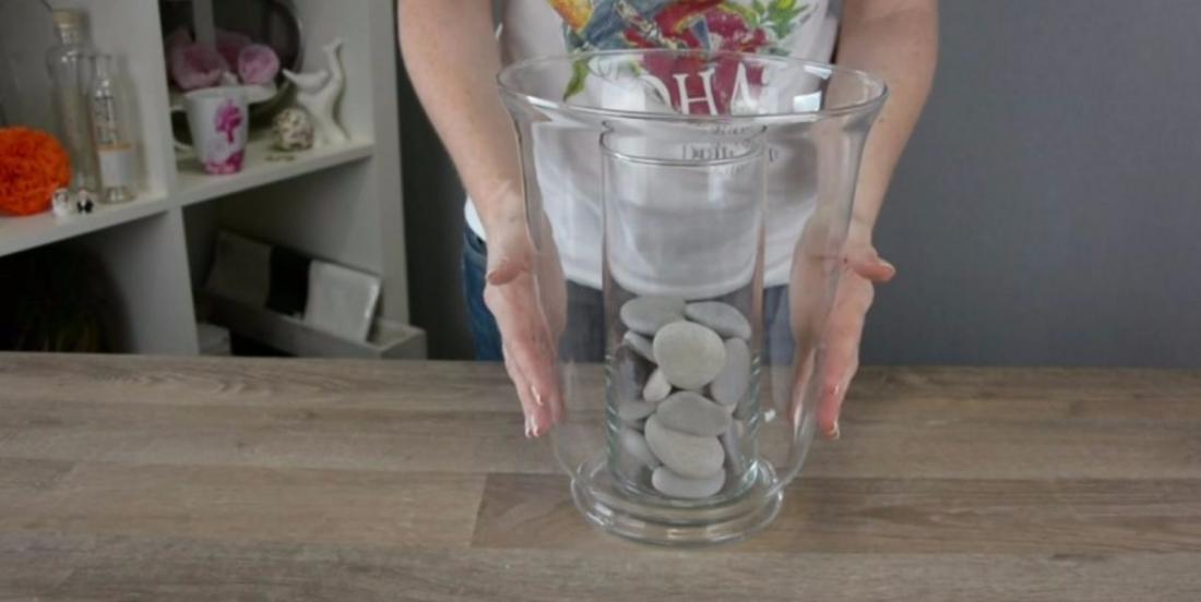 Elle met un vase dans un autre, elle ajoute des cailloux et crée une belle décoration