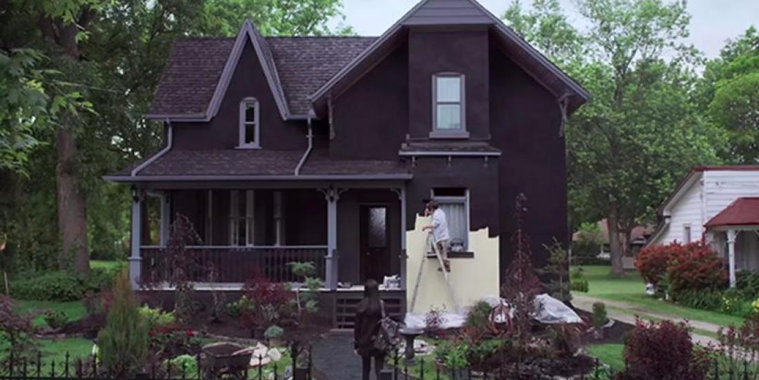 Un homme peint sa maison en noir afin de lancer un message fort!