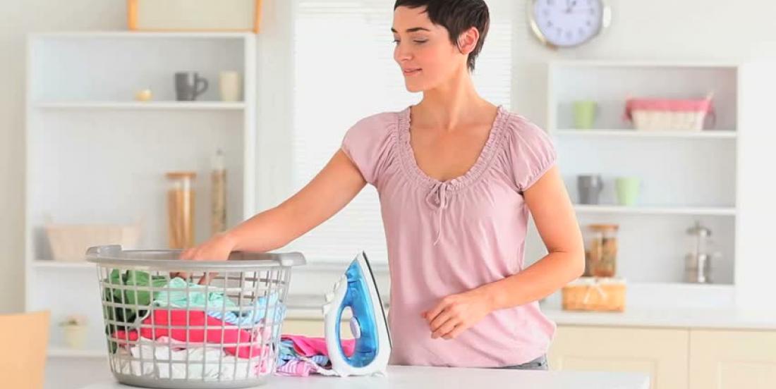 Pour sauver de précieuses minutes, elle ajoute 2 glaçons dans la sécheuse. Son astuce fonctionne vraiment.
