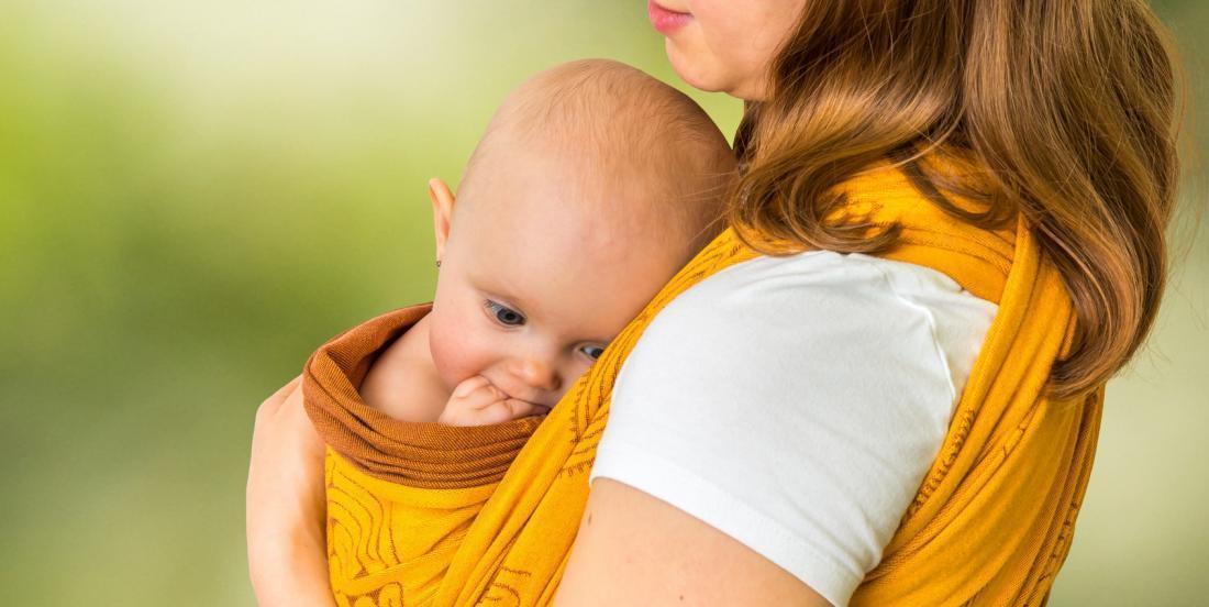 Cette mère avertit les parents des dangers des porte-bébés durant les tâches ménagères