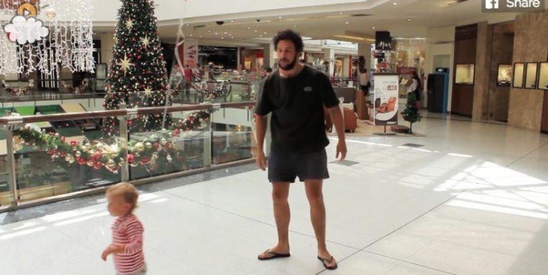 Ce père a trouvé une astuce géniale pour surveiller son enfant dans les lieux publics!!!