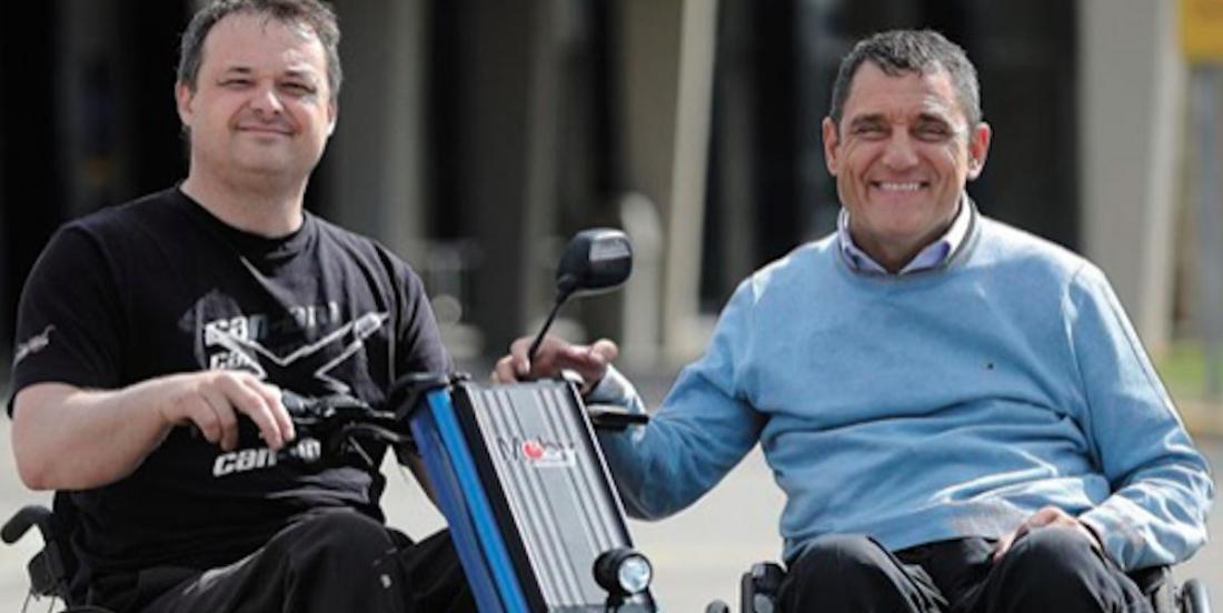 Ayant perdu l'usage de ses jambes, il invente un vélo pour fauteuil roulant