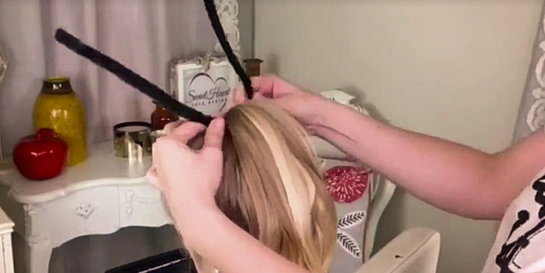Elle insère des cure-pipes noirs dans les cheveux de sa fille et réalise une coiffure pour le moins épeurante.