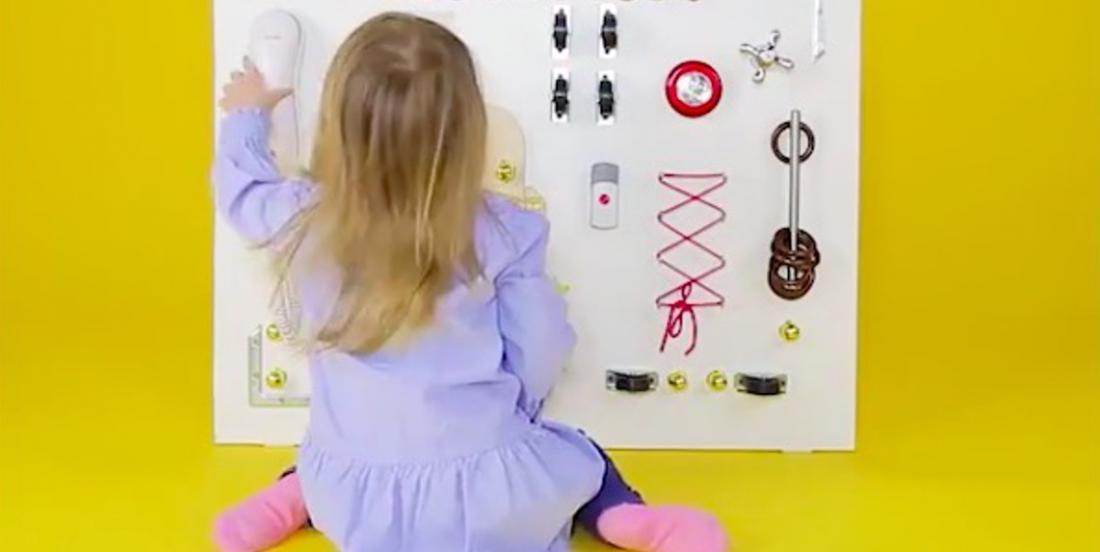 Apprenez à fabriquer un tableau éducatif pour enfants en récupérant un maximum d'objets