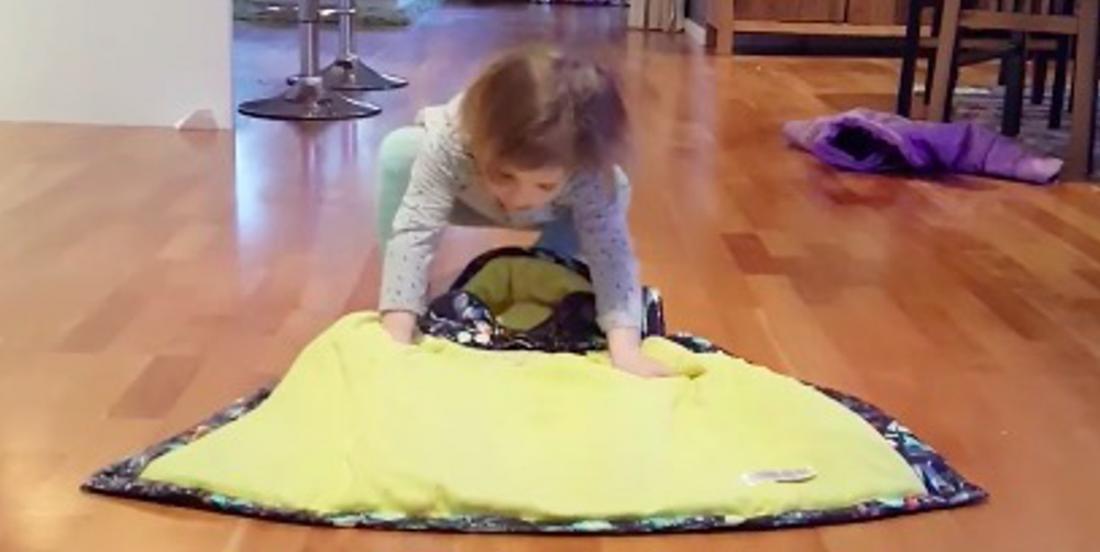 Cette petite de 2 ans place son manteau au sol pour apprendre aux petits comment s'habiller rapidement