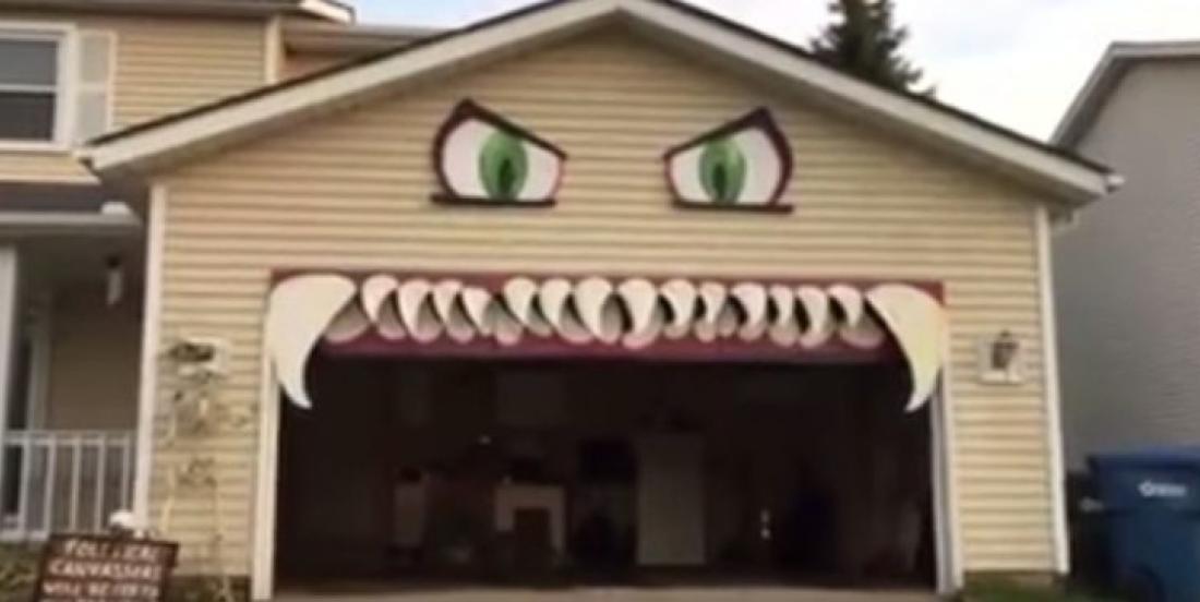 Sa porte de garage est monstrueuse pour l'Halloween quand elle est descendue
