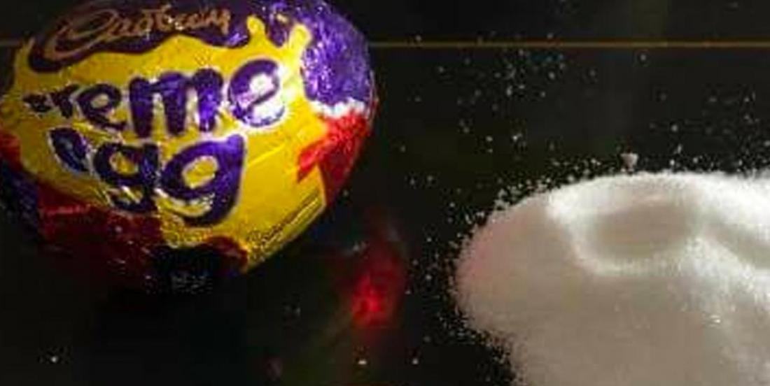Une femme illustre la quantité de sucre qu'on retrouve dans un seul oeuf Cadbury et c'est alarmant.