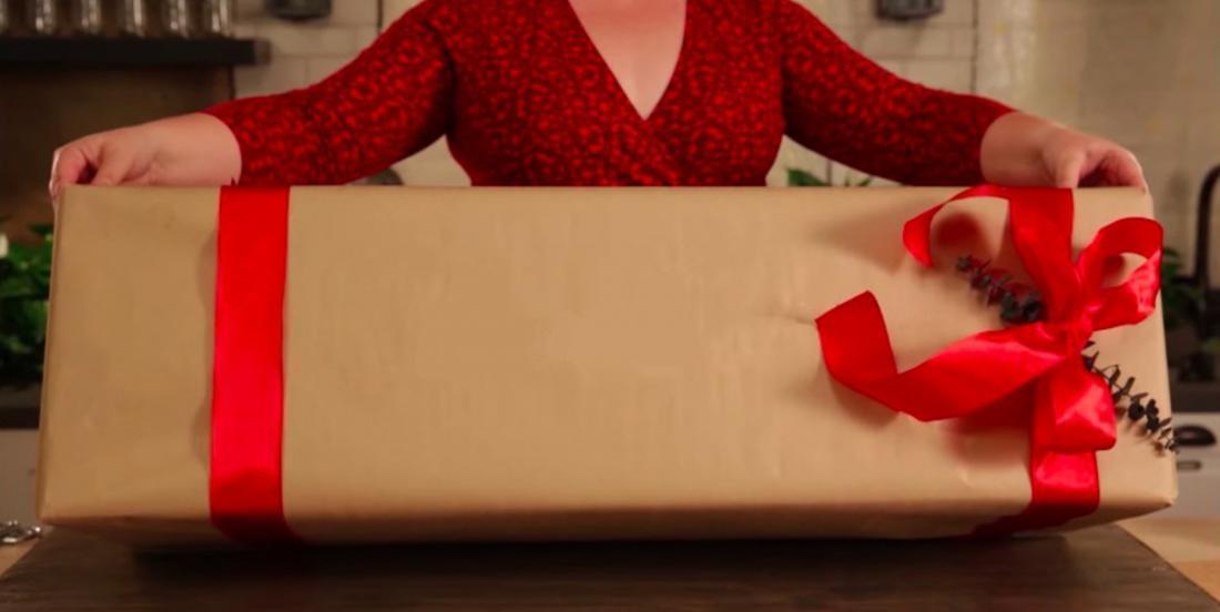Comment emballer une boîte plus grosse que notre papier d'emballage sans aucun pli apparent